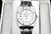 Часы  Royal Oak с белым циферблатом.